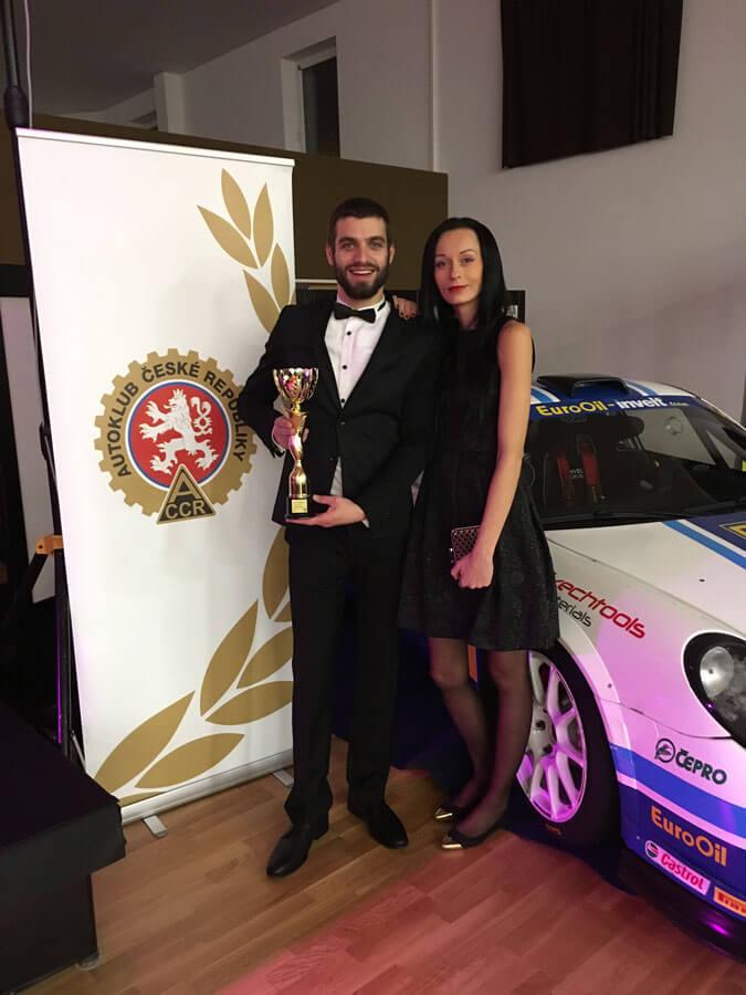 Pavel Paseka a jeho přítelkyně s trofejí